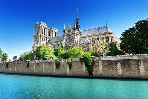 کلیسای نوتردام پاریس؛ تاریخ و ادبیاتی که سوخت