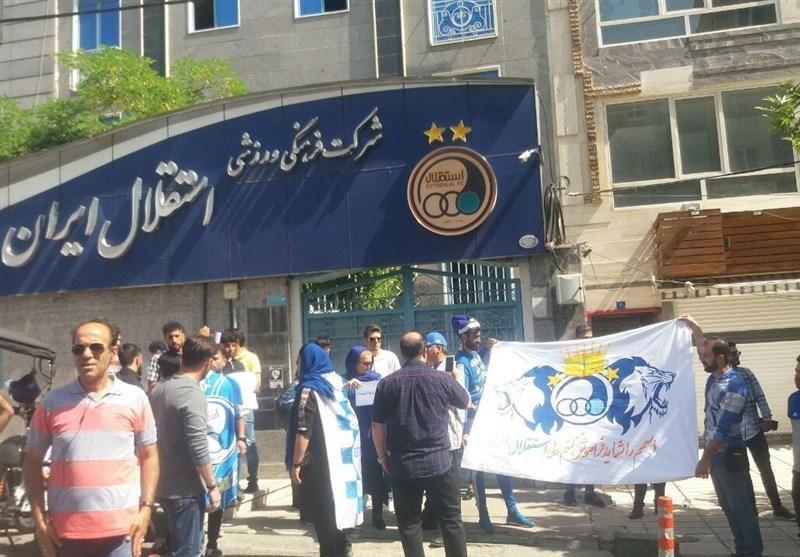 تجمع دوباره طرفداران استقلال مقابل باشگاه