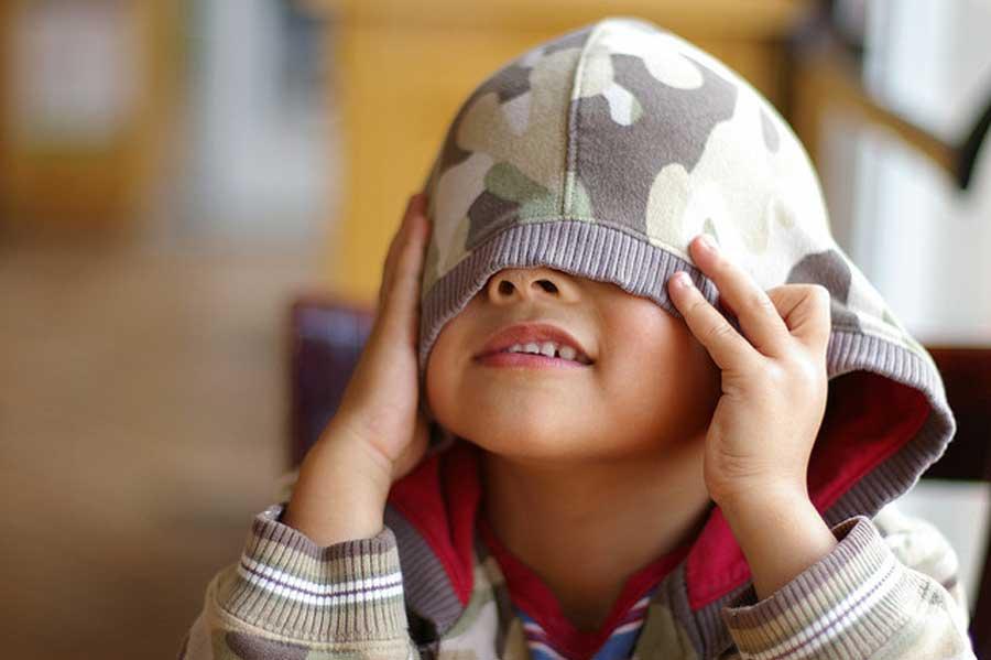 چگونه با کودک خجالتی برخورد کنیم؟ ، راه های رفع خجالت کودک